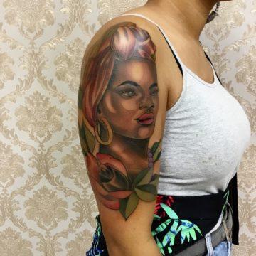 rosto feminino tatuagem braço