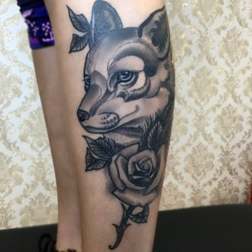 lobo e rosa black tatuagem