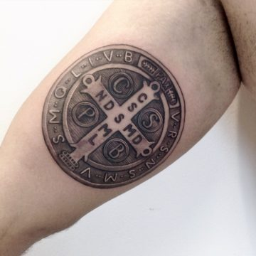 medalha sao bento black tatuagem
