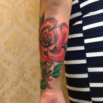 rosa tatuagem braço