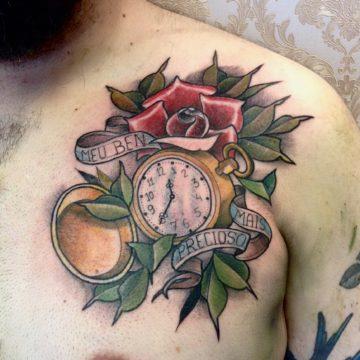 rosa e relogio tatuagem peito