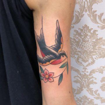 Andorinha tradicional tatuagem braço