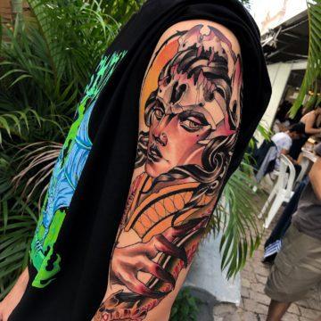 mulher tatuagem neotradicional