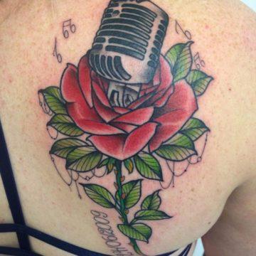tatuagem-costas-neotradicional-rosa-musica
