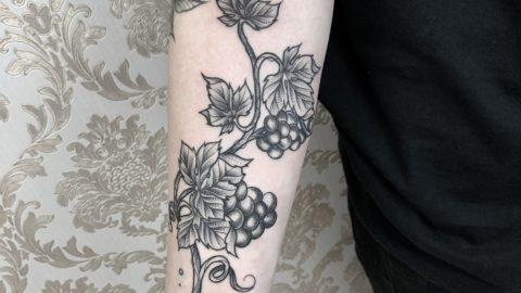 tattoo-flor-uva-blackwork-braco