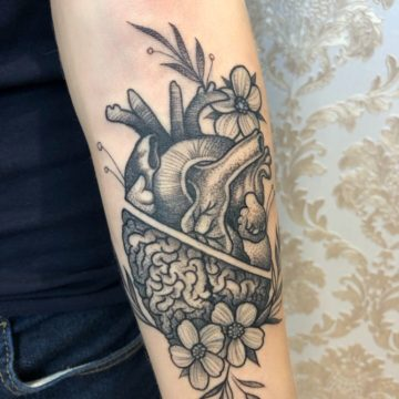 tatuagem-blackwork-coraçao-crebro